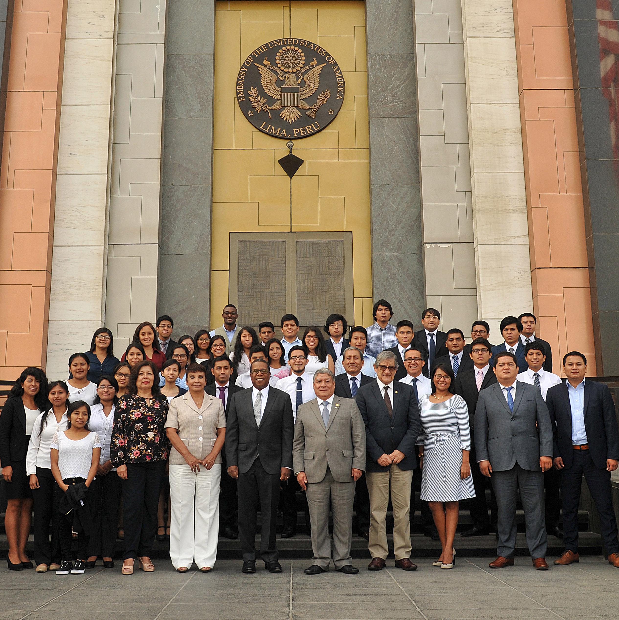 Embajador de Estados Unidos recibió a estudiantes que visitarán Universidad de Harvard.
